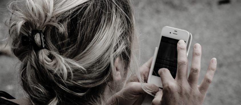 Az okostelefonon élő generáció nem szívesen megy bankfiókba
