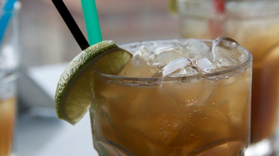 A Long Island Ice Tea az a koktél, amit a gyűjtsd össze mindet szellemében féltucat rövidből kevernek