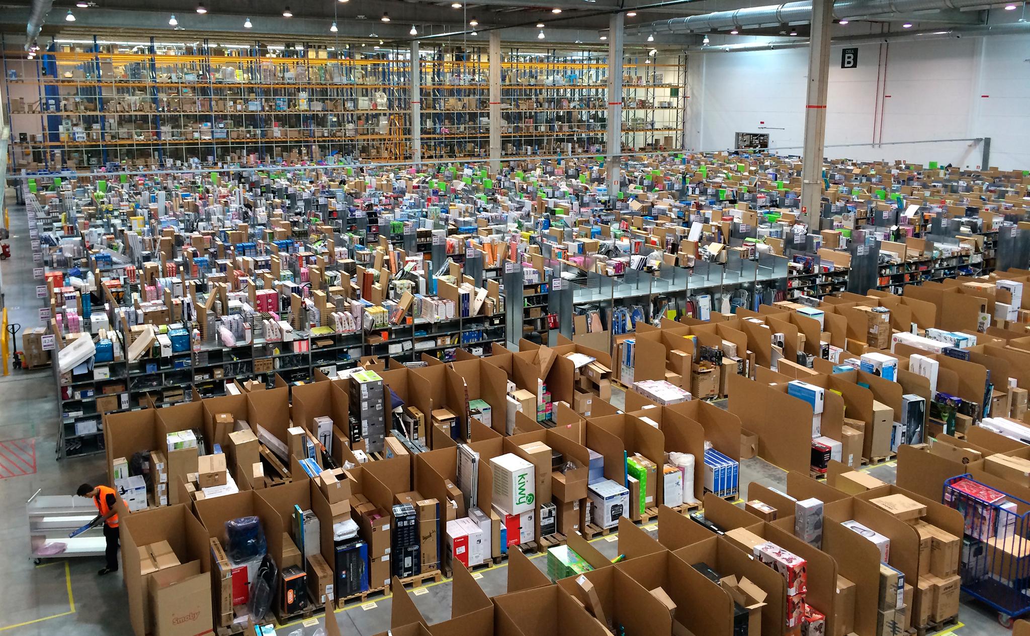 Amazon raktár Spanyolországban, pokol lehet itt dolgozni (Fotó: Wikimedia Commons)