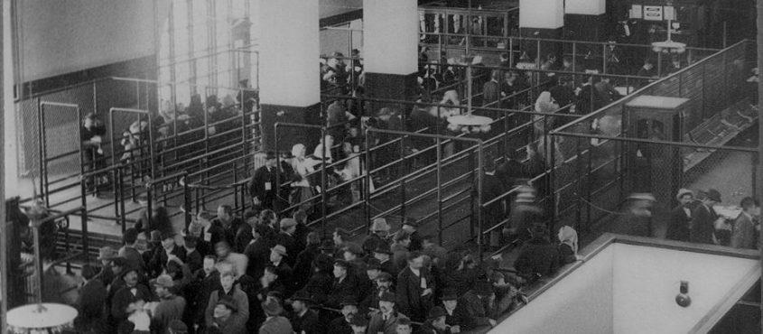 Bevándorlók várnak vizsgálatra az Ellis-szigeten. Ma ilyen élmény felszállni egy fapados járatra