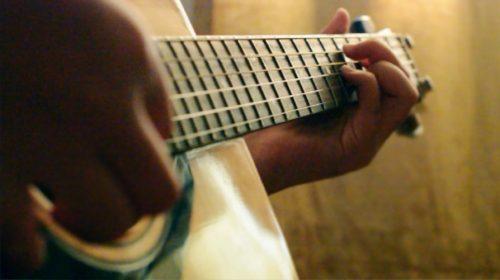 A Trov gitárbiztosítást is tud, épp csak az elhangolódás ellen nem véd (Fotó: Angela Quitoriano / Flickr CC-BY)