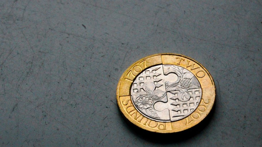 A brit kétfontos érme dizájnja legalább annyira változatos, mint a fintech paletta. Ez a példány Anglia és Skócia egyesítését ünnepli