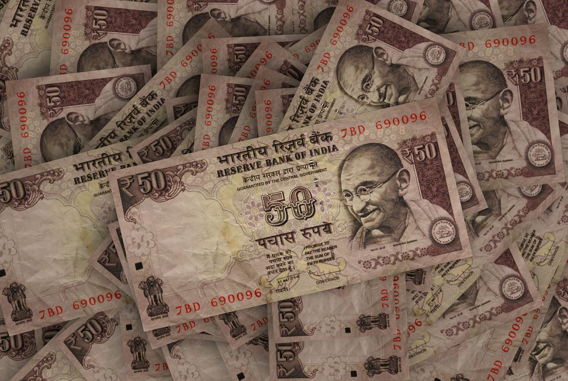 200 forintot ér az 50 rúpiás, ez momentán a második legnagyobb értékű valóban elérhető pénz