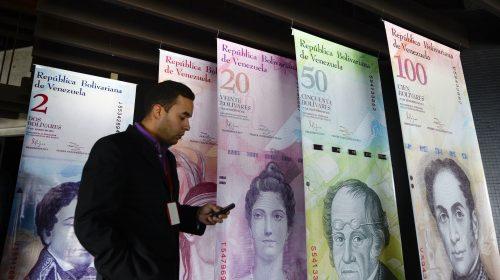 December hetedikén az elnök bevonatta a 3000 forintot érő 100 boliváros bankjegyet, hogy a készpénzt halmozók dolgát megnehezítse. Az ország közben készül a tíz- és húszezer boliváros kibocsátására, hogy beérje az inflációt (AFP PHOTO / FEDERICO PARRA)