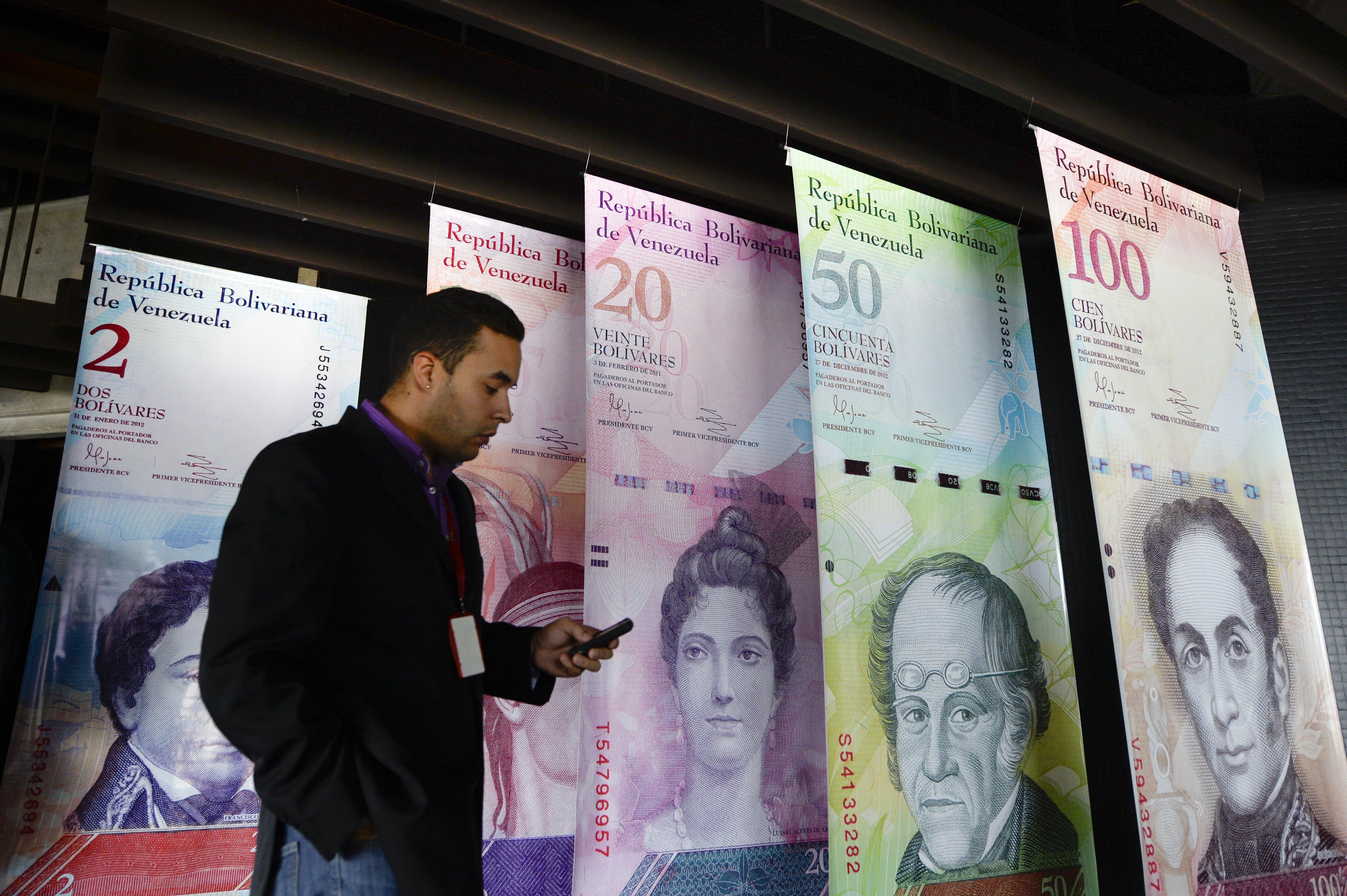December hetedikén az elnök bevonatta a 3000 forintot érő 100 boliváros bankjegyet, hogy a készpénzt halmozók dolgát megnehezítse. Az ország közben készül a tíz- és húszezer boliváros kibocsátására, hogy beérje az inflációt
