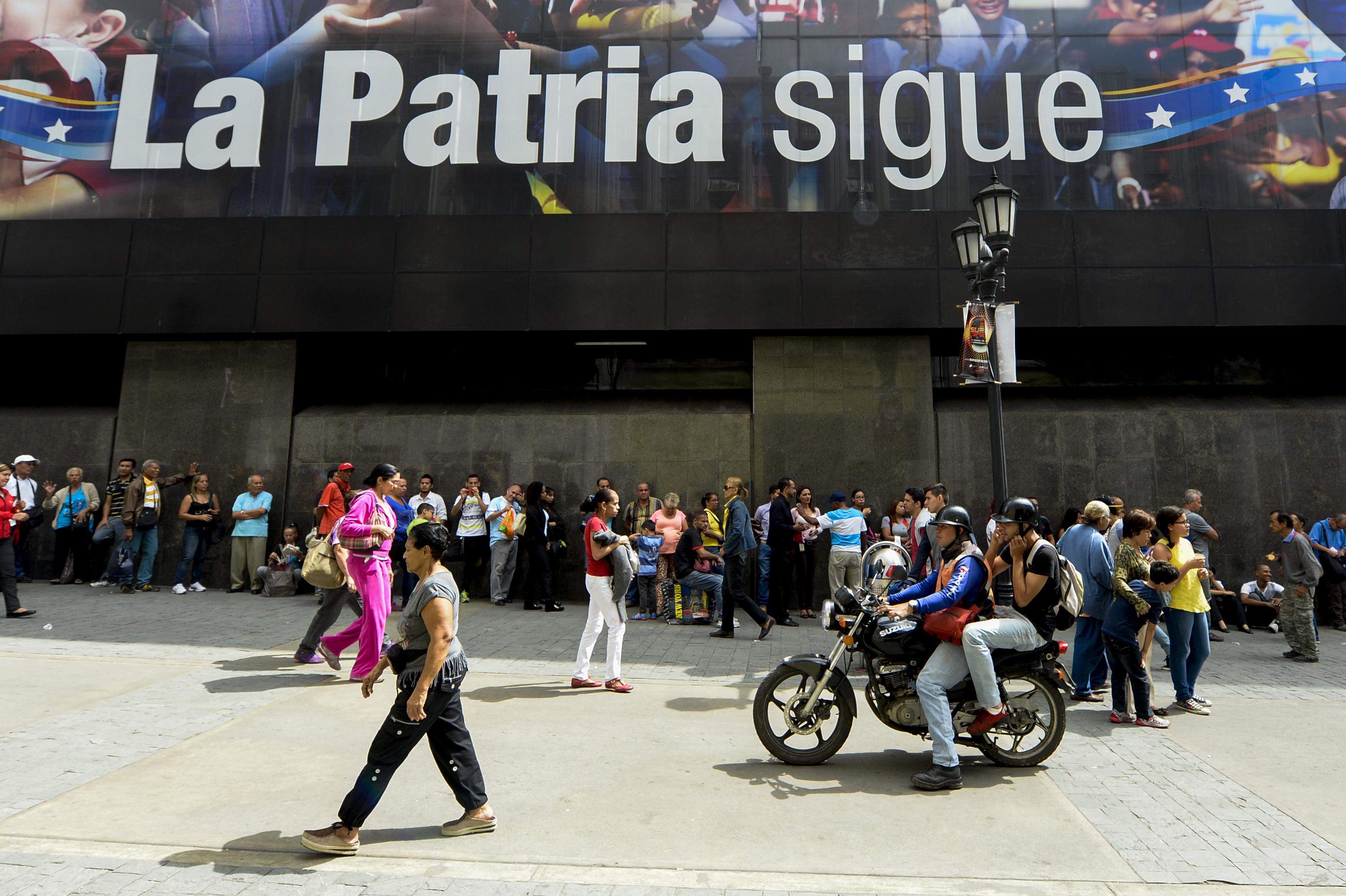 """Tömegek állnak a bankok előtt sorba miután Maduro elnök lezáratta a kolumbiai határt, hogy az """"ország tönkretételén dolgozó amerikai kommandók"""" ne juthassanak be"""