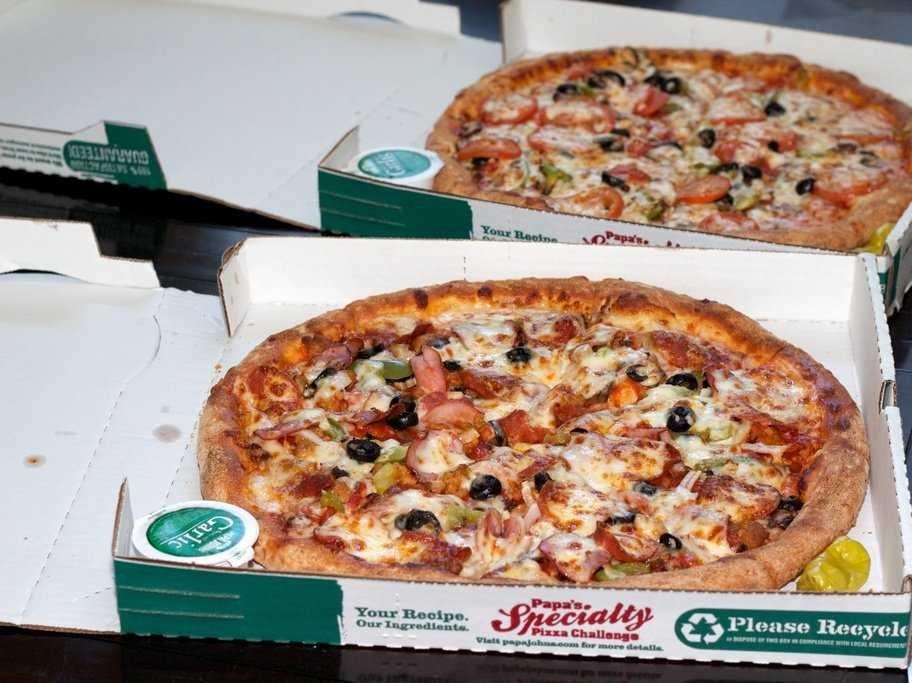 A történet szereplői úgy emlékeznek, a Domino's lánctól jött a pizzát, a felirat szerint azonban nem onnan van