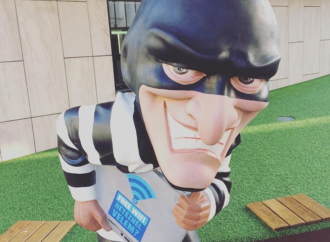 Ha a budai játszóterek és fagyizók körül is hackerszobor van, az csak jelent valamit (A fotót a MOM Park mellett lőttük.)