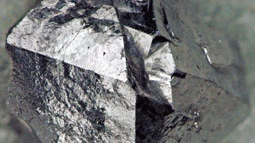 Csalunk, ez valójában skutterudit, ami a kobalt mellett arzént és nikkelt is tartalmaz (Fotó: James St. John / Flickr CC-BY)
