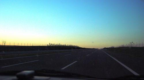 Szemed az úton, kezed a kormányon... még ha az M6-os teljesen üres is (Fotó: Ring Tamás / CC-BY-SA)