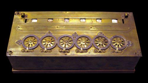 A pascalcoin névadója, Blaise Pascal, által feltalált számológép (Fotó: Rama / CC-BY-SA)