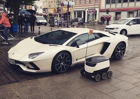 Az előtérben lévő jószág a robot (Forrás: Starship / Instagram)