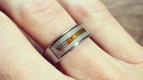 A chipet gyűrűbe is lehet szerelni és máris barátságosabb (Fotó: Aaron Muszalski CC-BY)