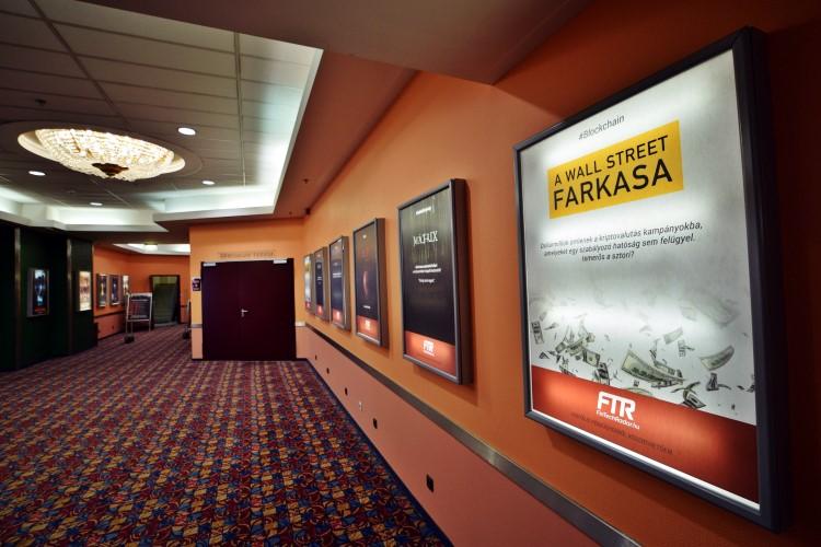 Aki megállt a moziplakátok előtt, az fintech üzeneteket olvashatott
