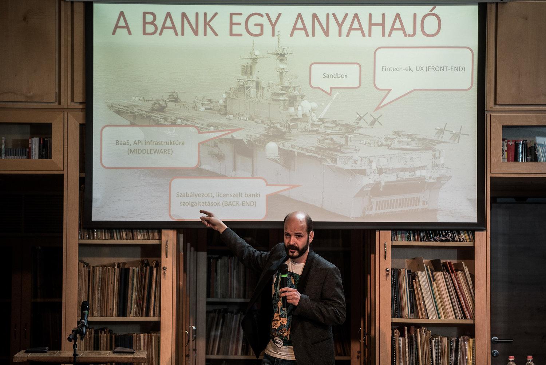 A konferencia kezdetén Imre Zsombor nem konvencionális módszerekkel magyarázta el az OpenBankinget