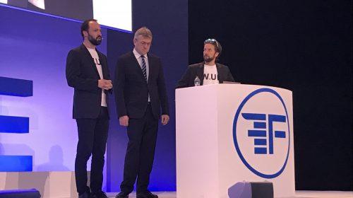 Braun Tamás és Hetényi Márk a színpadon, most már kalap nélkül (Forrás: Finovate / TwitteR)