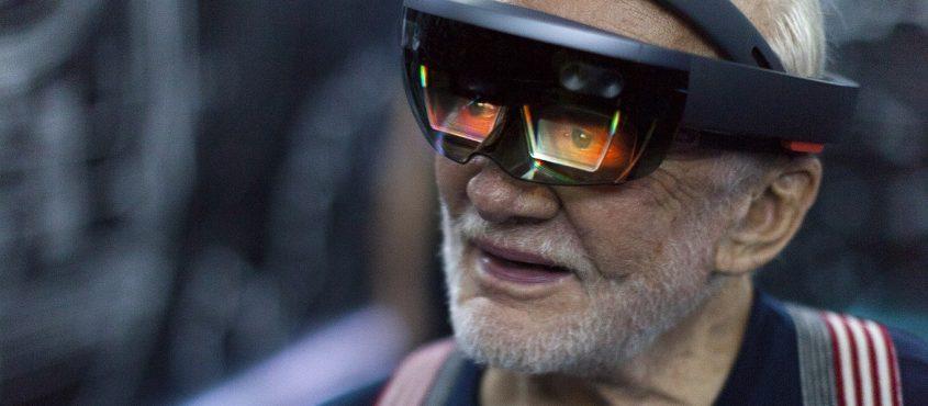 Buzz Aldrin, veterán amerikai űrhajós is kipróbálta a Hololenst a NASA-nál (Fotó: NASA)
