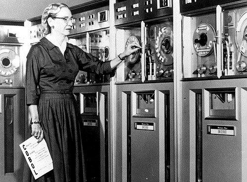 Grace Hopper 1952-ben. Még hét év megszületik a banki rendszerek alapnyelve